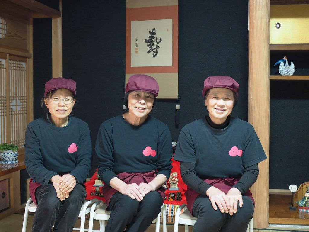 城南地区 農家レストランあかじゃが舎 代表 小林 和子さん(写真中央)